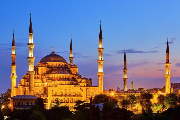 Mešita osmanského štýlu je inšpirovaná byzantskou architektúrou charakteristická kupolou nad modlitebnou sálou. Na obrázku je Modrá mešita v Istanbule.