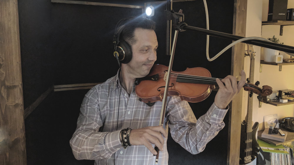 Hudbu k filmu bolo treba nahrať ešte pred zahájením nakrúcania. Na husliach hral Nikola Slez a na klavíri György Mózes.
