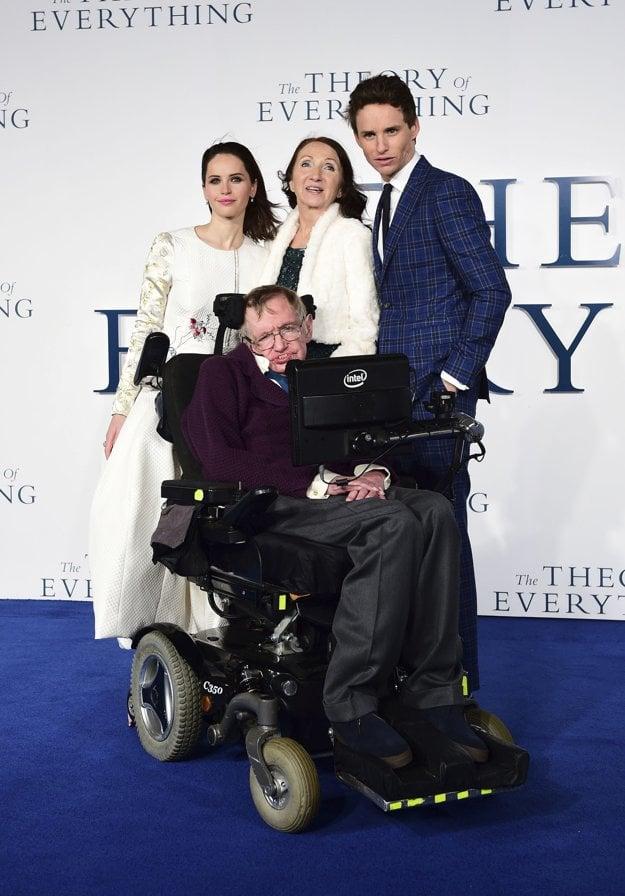 Stephen Hawking a jeho bývalá žena Jane s hercami Felicity Jones a Eddiem Redmaynom, ktorí ich stvárnili vo filme História všetkého.