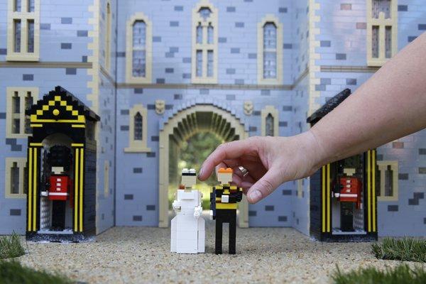 Nevesta Meghan a ženích Harry ako lego postavičky.