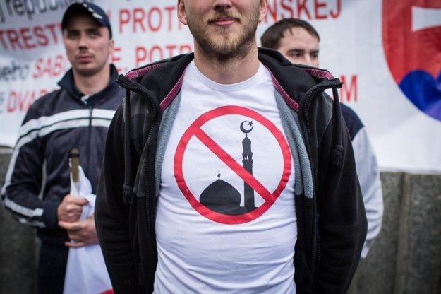 Účastníci demonštrácie proti utečeneckým kvótam, Bratislava, 2015.