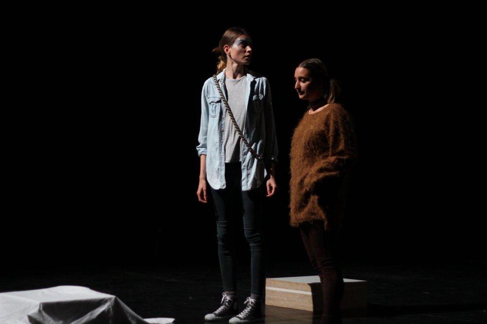 Sabina (vľavo) v úlohe Teodora.