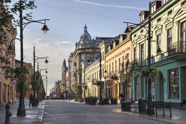 Piotrkowska ulica v Lodži počas slnečného rána.