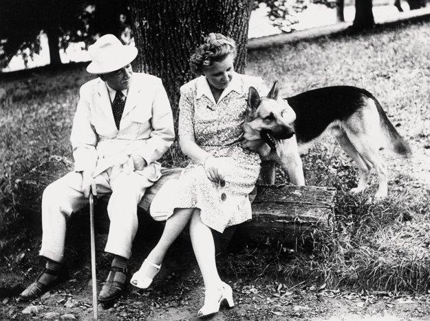 E. Beneš s manželkou a psom na lavičke zámockého parku v prezidentskom letnom sídle, zámku v Topoľčiankach v roku 1947.