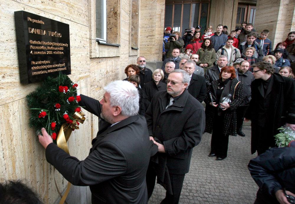 Rektor Univerity Komenského (UK) František Gahér (vľavo) a otec zavraždeného Daniela Tupého, Daniel Tupý staršívešajú veniec na odhalení pamätnej tabule pre Daniela Tupého.