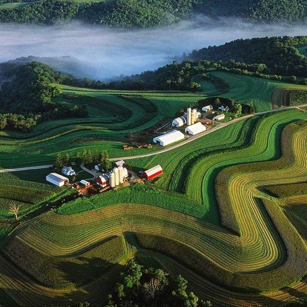 Farmy vo Wisconsine obkolesené dokonalými krivkami.
