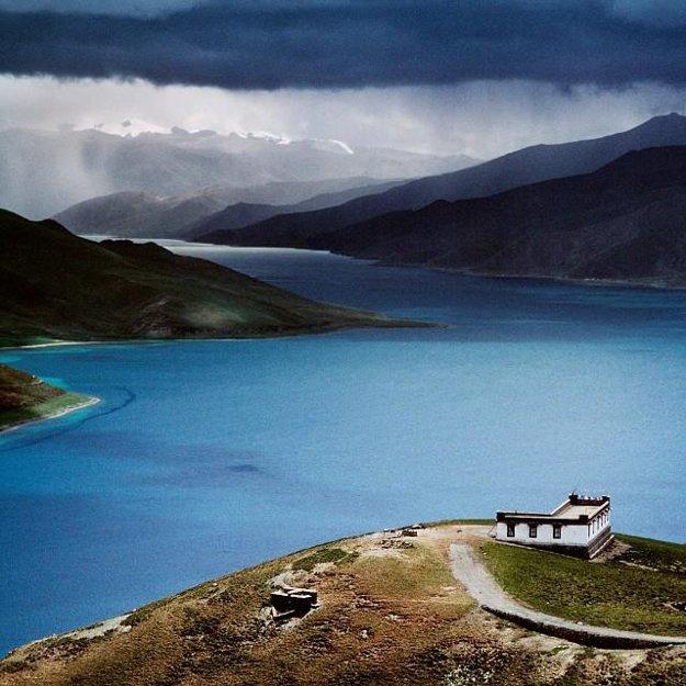 Jazero Yamdrok Tso je jedným z najväčších posvätných jazier v Tibete.
