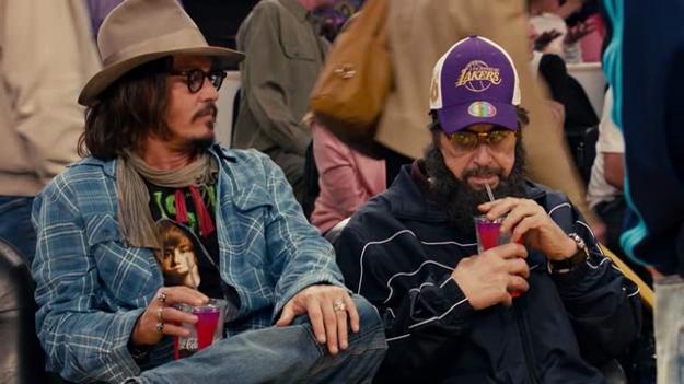Johnny Depp v tričku s Justinom Bieberom a Al Pacino v prestrojení pripomínajúcom Bin Ládina popíjajú Coca Colu na zápase Los Angeles Lakers. Nie, to nie je fake, to je naozaj scéna vo filme.