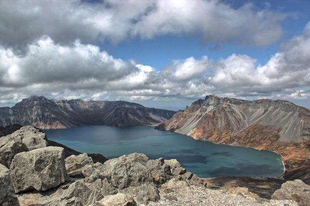 Nebeské jazero v kráteri sopky Pektusan
