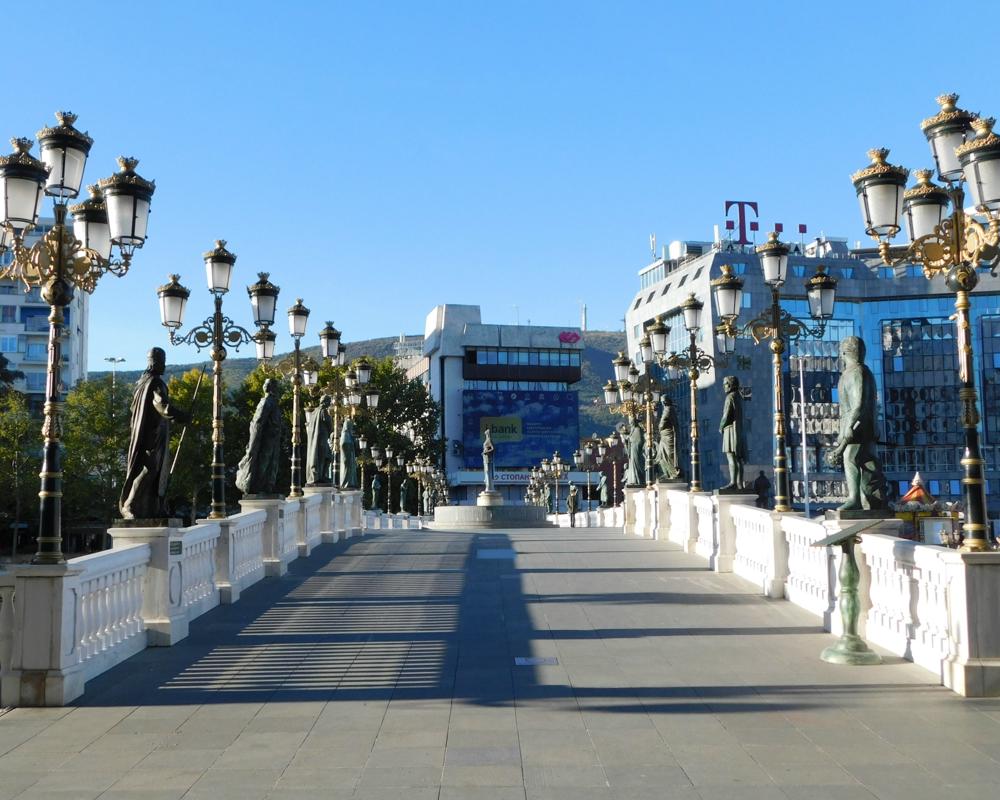 Jeden most a asi tridsať sôch.