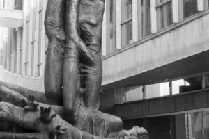 1969 - Múzeum SNP, socha Obete varujú významného sochára Jozefa Jankoviča