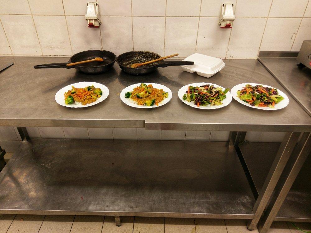 Každé jedlo po uvarení prechádzalo schvaľovacím procesom. Jedlo chutnali zamestnanci jedálne a rozhodovali, či je vhodné a dostatočne chutné na zaradenie do menu.