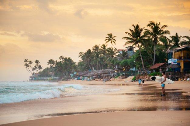 Surferi si užívajú pláž Narigama.