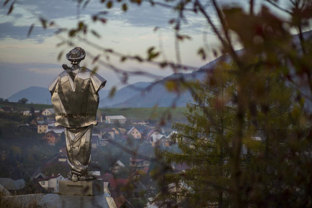 Socha Juraja Jánošíka je vyhotovená z ušľachtilého oceľového plechu v nadživotnej veľkosti a meria 7 a pol metra. Bola postavená v roku 1988 a jej autorom je akademický sochár Ján Kulich.