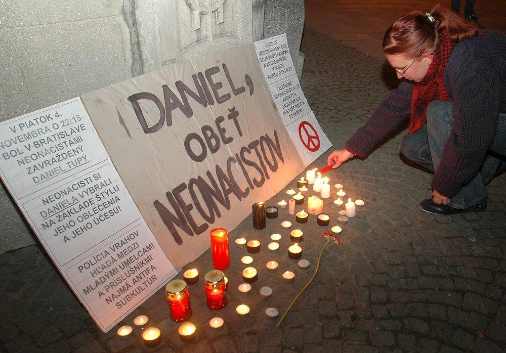 Prešovskí študenti si 9. novembra 2005 na Hlavnej ulici uctili pamiatku nevinnej obete neonacistickej vraždy Daniela Tupého.