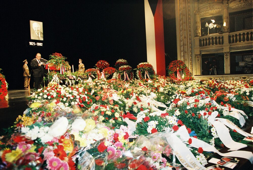 Posledná rozlúčka s Alexandrom Dubčekom 13. novembra 1992 v  budove SND. Pochovaný je na cintoríne v Slávičom údolí v Bratislave.