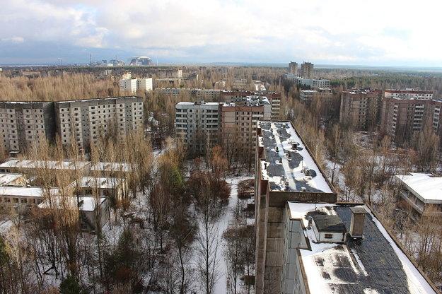 Pripjať, v pozadí Černobyľ