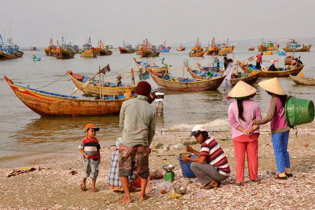 Ludia v rybárskom mestečku Mui Ne.