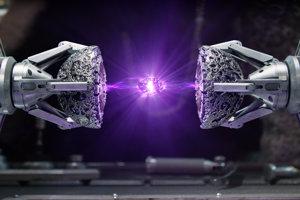 Fialový kameň (Sila/Power). Kameň Sily je zdrojom nekonečnej moci a dokáže vytvoriť dostatok energie na zničenie planéty.