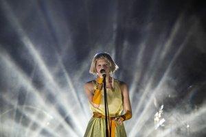 Nórska speváčka Aurora vystupuje počas štvrtého dňa.