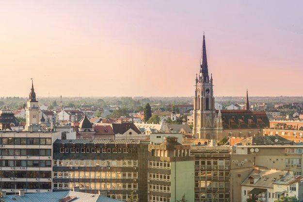 V panoráme mesta vyčnieva veža kostola Mena Panny Márie.