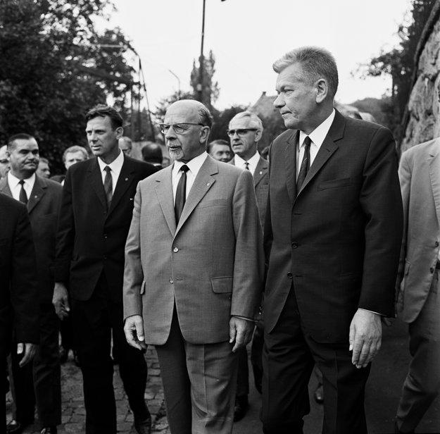 Predseda Národného zhromaždenia Josef Smrkovský na snímke sprava.