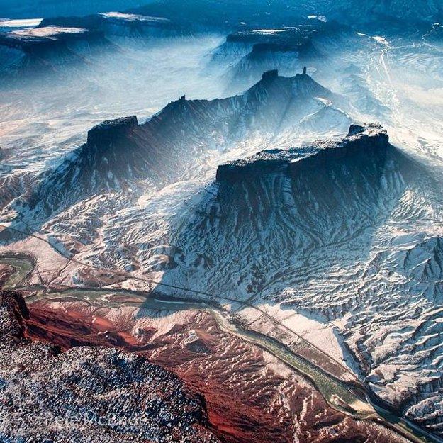 Čerstvý sneh a ľadová prikrývka pozdĺž rieky Colorado River v púštnej krajine štátu Utah.