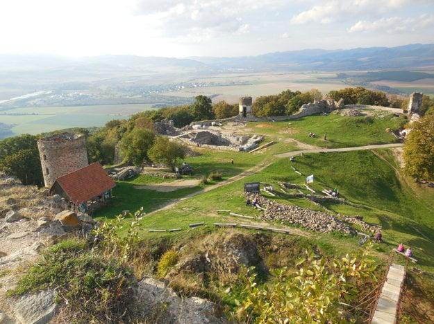 Pohľad na areál hradu z hradnej veže