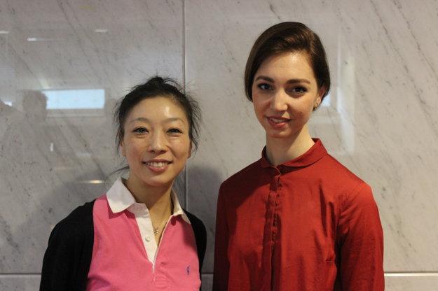 Choreografka videa Reona Sato (zľava) a autorka nápadu Viola Mariner.