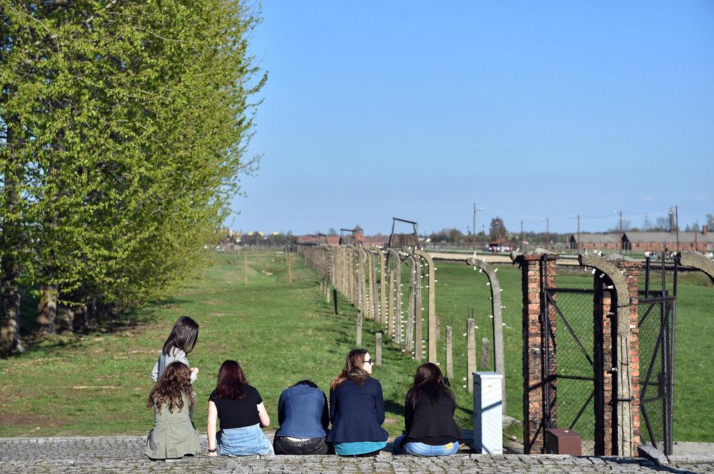 Návšteva tábora Auschwitz-Birkenau bola pre študentov silným zážitkom.