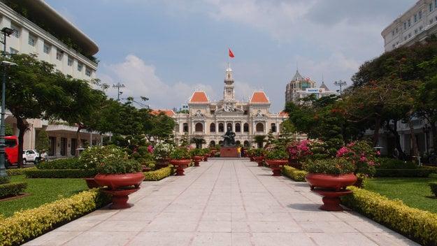 Radnica v Hočiminovom meste, bývalý Hôtel de Ville de Saigon, postavený vo francúzskom koloniálnom štýle