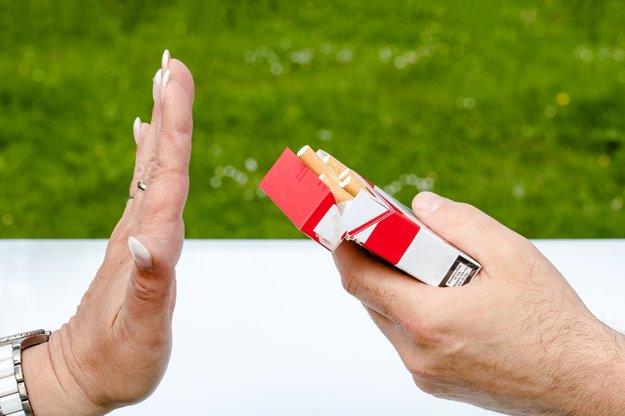 mladé ženy dávať fajčenie
