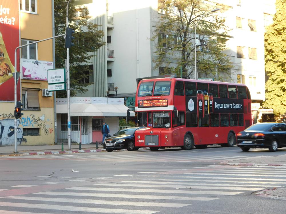 Červené dvojposchodové autobusy nie sú raritou.