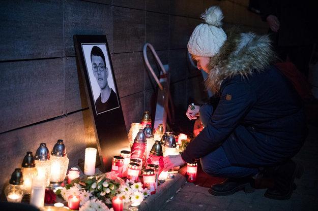 Sviečky pred redakciou Aktuality.sk na pamiatku zavraždeného Jána Kuciaka.
