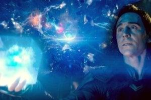 Modrý kameň/Tesserakt (Priestor/Space).  Tesserakt má tvar kocky a dokáže premiestňovať čokoľvek z jedného miesta na druhé a zároveň je zdrojom obrovskej energie.