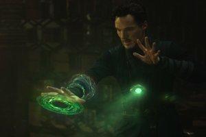 Zelený kameň (Čas/Time). Vlastník zeleného kameňa má úplnú moc nad minulosťou, prítomnosťou aj budúcnosťou. Okrem cestovania v čase dokáže aj zastaviť čas a vytvárať časové slučky.