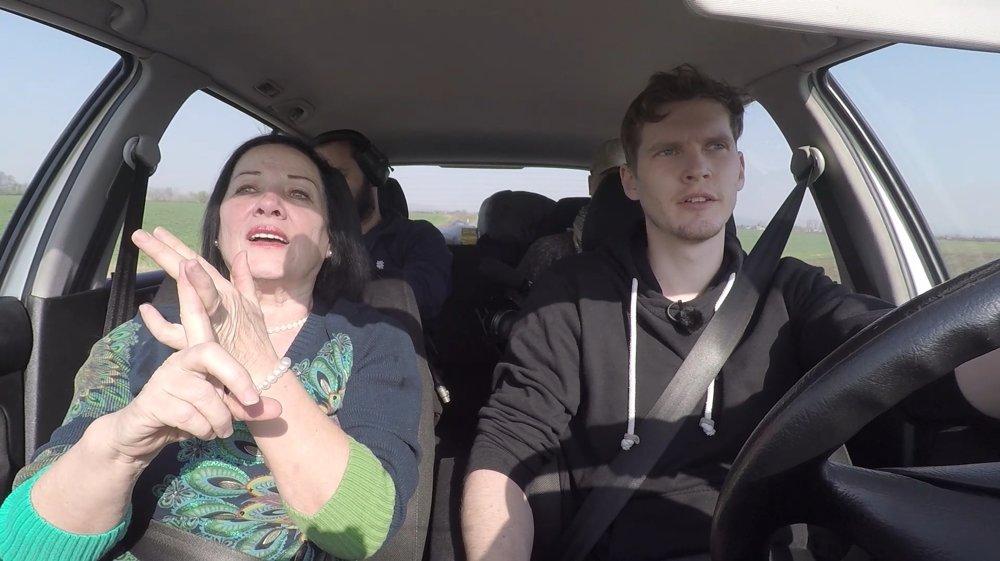 Veľa zaujímavých dialógov sa odohralo v aute.