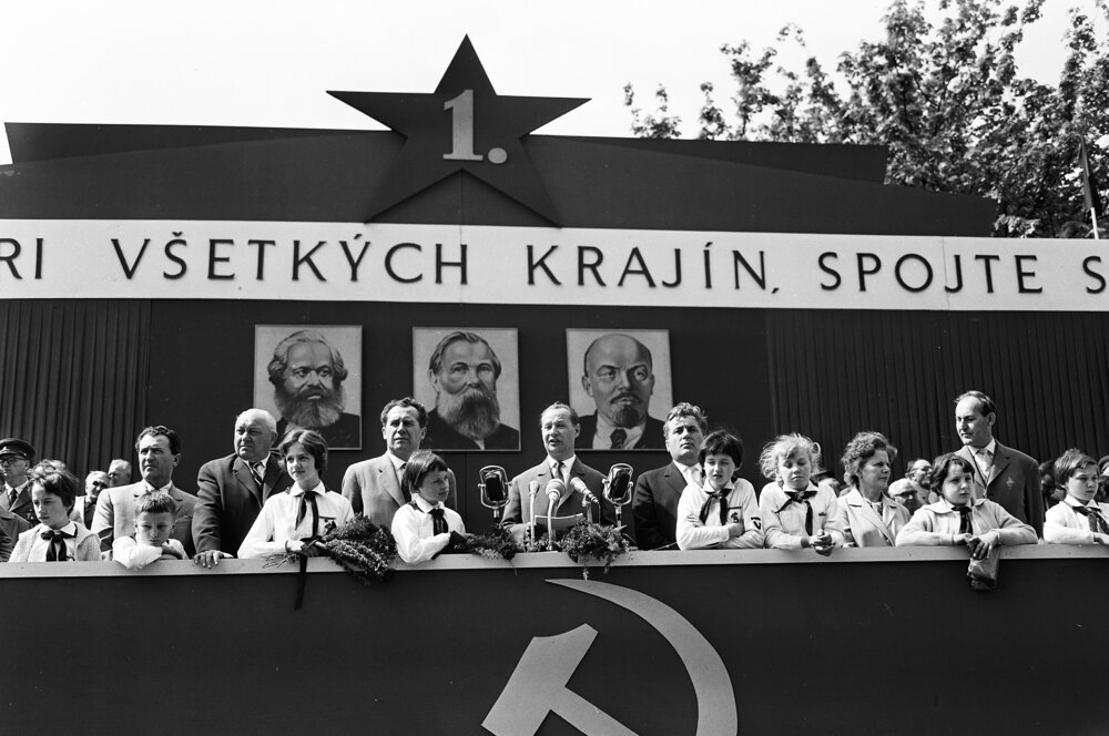 Dubček pri prejave na prvomájových oslavách v Bratislave v roku 1964.