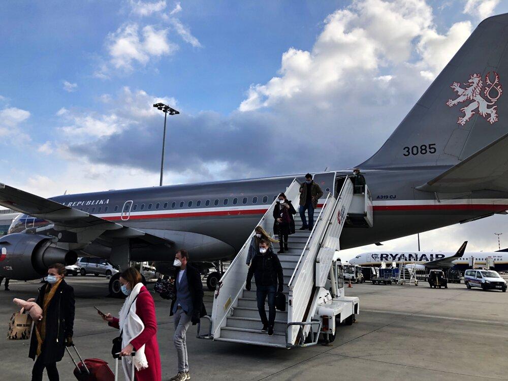 Lietadlo doviezlo z Českej republiky ľudí do Lotyšska, aby sme doň mohli nastúpiť my a vybrať sa domov.