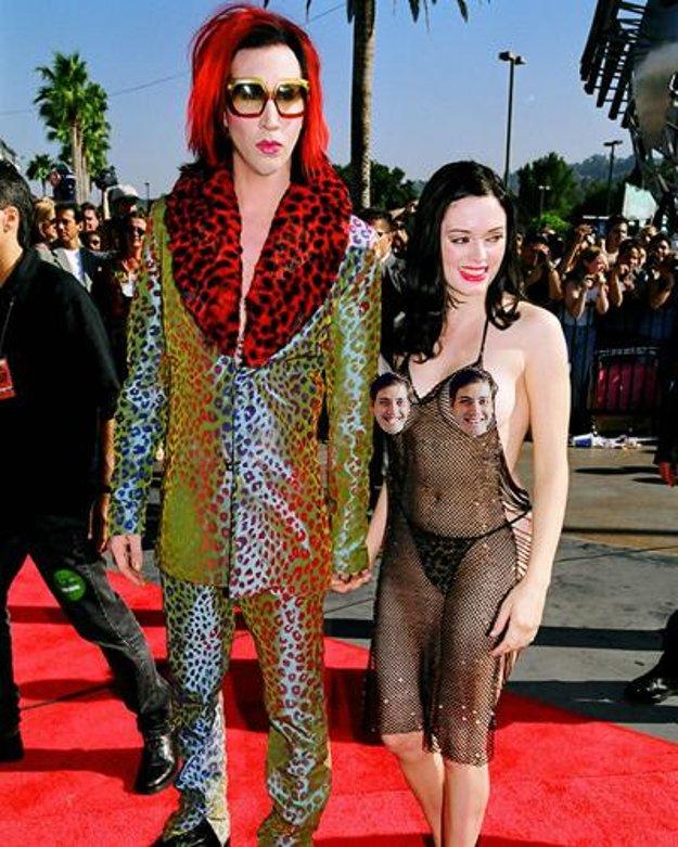 Marilyn Manson a Rose McGowan, ktorej bradavky noblesne cenzuruje tvár nášho šéfredaktora