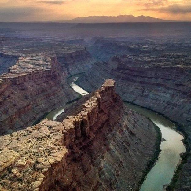 V pozádí Mordor. V popredí sútok riek Green River a Colorado River v Utahu.