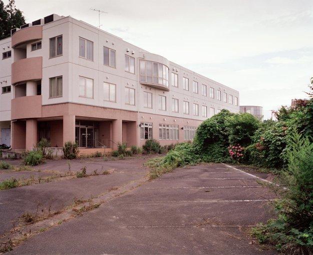 Kancelársky blok nachádzajúci sa v Tomioka – Motomachi, ktorý bol opustený pre vysoké hladiny radiácie.