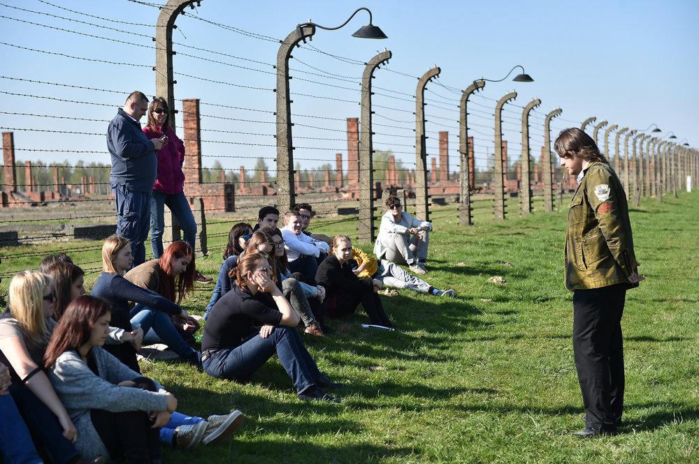 Mnoho vecí študenti pochopili až za ostnatým drôtom tábora.