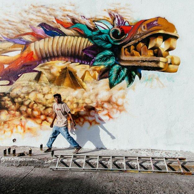 Sprejer dokončuje grafity v San Gregorio, Kalifornia
