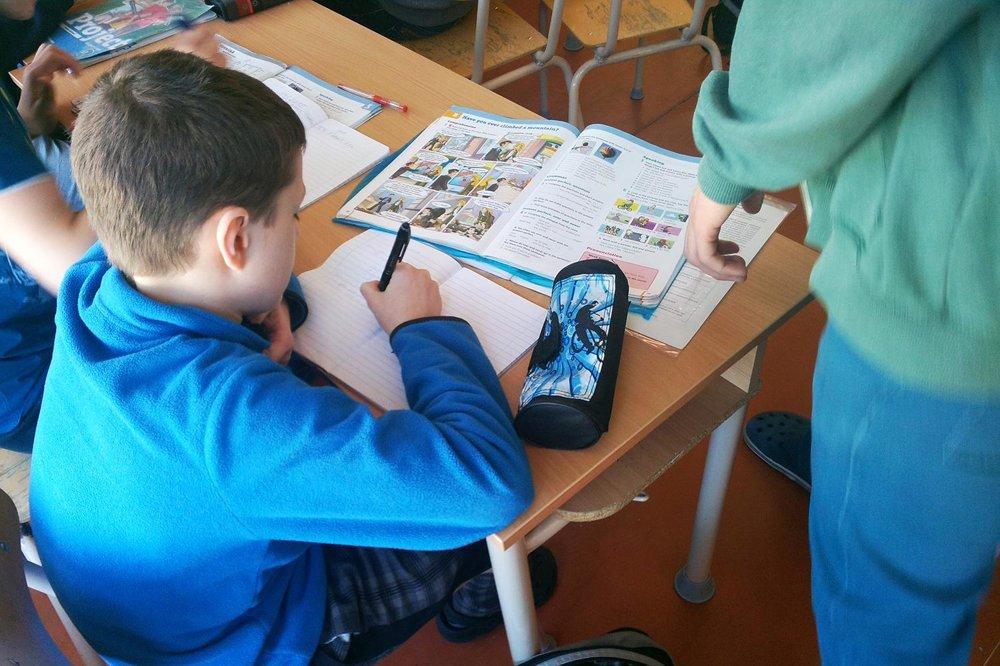 Michal vysvetľuje chlapcovi učivo