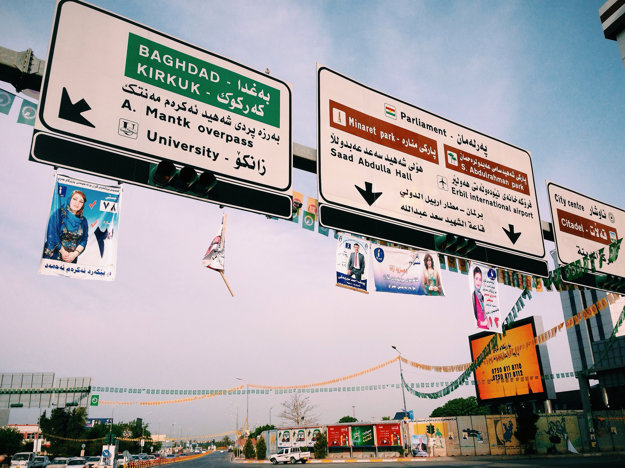 Názvy v kurdskom a anglickom jazyku na značkách v Irackom Kurdistane.