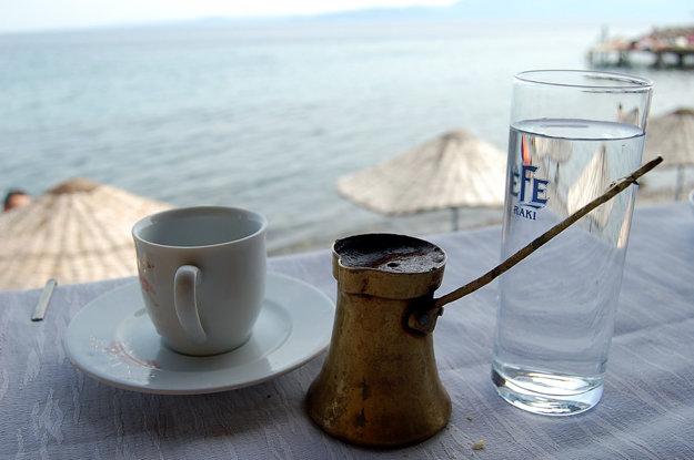 Káva sa v Turecku varí v medenej nádobe zvanej džezva, po turecky cezve.