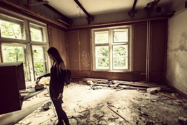 Navštevuje opustené budovy aj napriek vlastnému strachu. Chce, aby ju prichytili policajti
