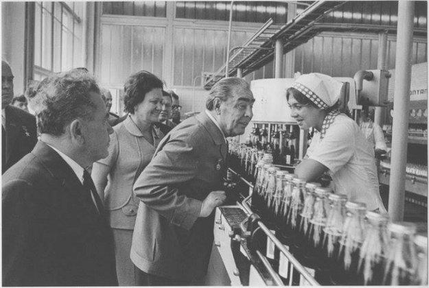 Leonid Brežnev na návšteve v prvej továrni Pepsi v Sovietskom zväze.