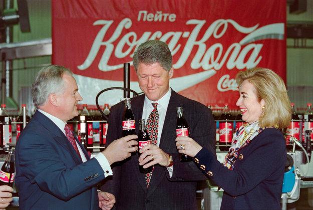 Bill a Hillary Clinton len pár sekúnd pred tým ako ochutnajú Coca-Colu vyrábanú v Rusku.